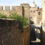 Español en Cáceres | Paseo por la muralla.